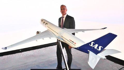 NY DESIGN: Konsernsjef Rickard Gustafson i SAS ved modell som viser  flyselskapets nye design. Foto: Johan Nilsson/TT / NTB scanpix