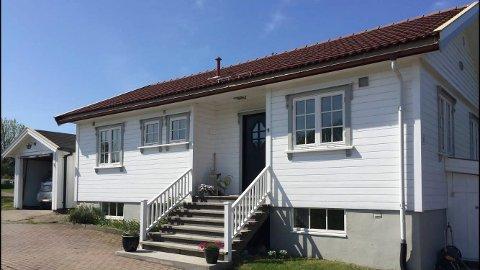 SELGER: Ordfører Syver Leivestad vil nå selge dette huset i Hvasserveien 180 i Færder kommune.