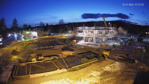 I FERD MED Å REISE SEG: Byggingen av den første av to boligblokker på Hallingby er godt i gang.