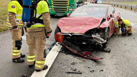 MEDALJENS BAKSIDE: Her har bilen fått store skader etter å ha smelt inn i en hindring på E18 i Vestfold. Foto: Vestfold Interkommunale Brannvesen.