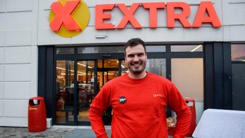 STOLT: Butikksjef Jørgen Tangen Jakobsen foran den nyåpnede butikken, som også er Coop-butikk nummer 500 i Norge.