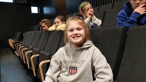 VENTER PÅ TUR: Sine Emilie Linnerud Boym (10) er spent foran prøvene. Nå er det like før hun skal inn foran juryen og fremføre det hun har øvd på.