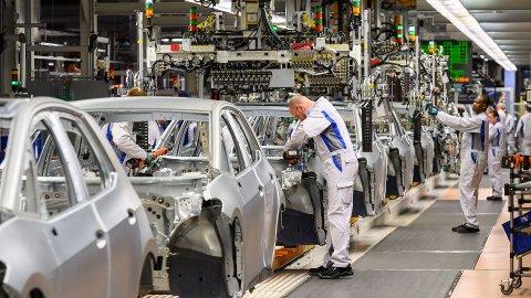 Volkswagen er godt i gang med å bygge de første eksemplarene av sin ID.3. Men omfattende software-problemer kan ifølge tyske medier komme til å forsinke lanseringen. Foto: NTB Scanpix