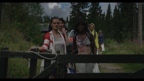 UTDRIKNINGSLAGET TAR AV: Julia Schacht (t.v.), Tinashe Williamson, Veslemøy Mørkrid og Marte Sæteren (bak) er blant skuespillerne i skrekkfilmen «Alle må dø», som er spilt inn på Heggelia i Ringerike.