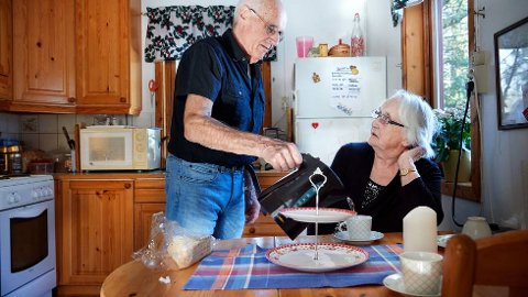 SKJENKER I KAFFE: Øyvind Moen (77) skjenker i kaffe til mor Gjerta (104) på kjøkkenet på Svartvollen i Overhalla. Samværet betyr svært mye i krevende tid på grunn av koronaviruset som lammer hele verden.