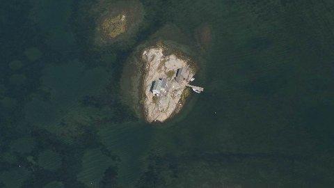 Hytta ligger på en øy, en kort båttur fra Årøysund. Det følger også med et båthus. Mange tok kontakt med megler da stedet ble lagt ut, men perlen ble fort kuppet av familien fra Tyrifjorden.