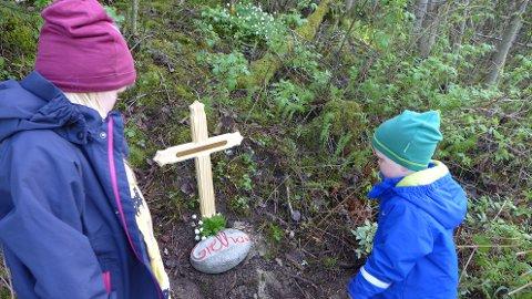 FARMOR: Barnebarna Margretha (5) og Ole (3) minnes farmor med eget minnested i Veienmarka, like ved ulykkesstedet.