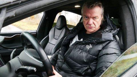 ELBIL: Selv om det er med litt glimt i øyet, mener han det også: Alex Rosén har liten tro på fossilbilene, og mener elbilen har kommet for å bli.