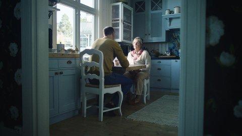 Bruk anledningen til å ta en prat om brannsikkerhet med bestemor eller bestefar.