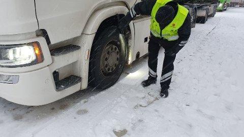 TUNGE SYNDERE: Statens vegvesen gjennomførte over 79.000 kontroller av tunge kjøretøy i 2020. Bildet er fra en kontroll på Ånestad i november. Foto: Statens vegvesen.
