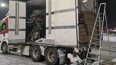 STAKK AV: Sjåføren hadde ikke papirene i orden, i tillegg var det prøveskilter, men last om bord. Dermed endte det med bruksforbud og bråstopp for denne lastebilen. Foto: Statens vegvesen.