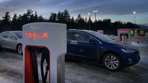 STORT BEHOV: I 2025 vil det være om lag én million elbiler på norske veier, i 2030 er antallet steget til to millioner hvis politikernes ambisjoner skal følges opp. Det er et mye større behov for flere hurtigladere i årene som kommer enn det tilgangen Teslas ladenettverk eventuelt vil gi. Foto: NAF