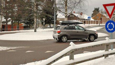 HER SMELLER DET OFTE: Rundkjøringene kan være skumle på vinterstid. Her skjer det også mange ulykker, gjengangeren er at man holder for høy fart inn mot rundkjøringen og ikke rekker å bremse ned. Foto: Broom