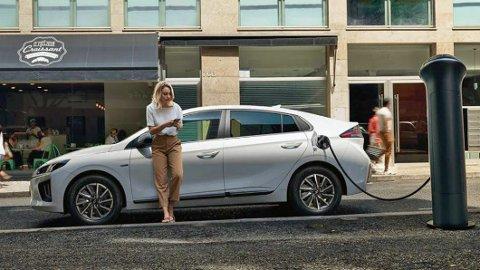 SPARER ÉN KRONER PER MIL: Mellom billigste og dyreste bil skiller det over én krone i ladekostnad per kjørte mil. Det er betydelig. Lavest forbruk og billigst å lade er Hyundai Ioniq.