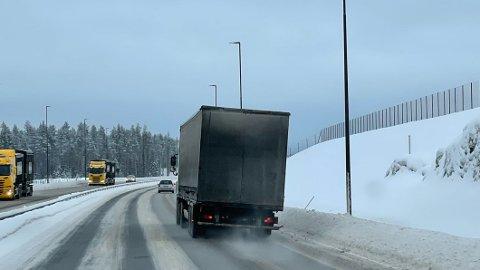 PÅ SKEIVA: Nei, det er ikke veien som er skjev. Her er det flere ting som ikke er helt som de skal... Foto: Statens vegvesen.