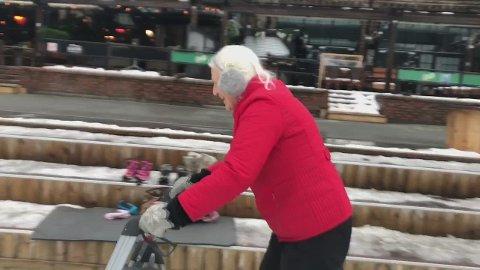 Se innslaget: - Rart at folk er så interessert, sier Dora (81). På skøyter, med rullator.