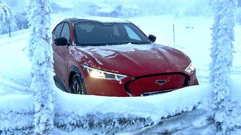 FORVIRRET: Det er ikke alltid lett å bli klok på rekkevidde og ladehastighet som oppgis i elbil-markedsføringen. Nå vil NAF ha et bedre definert regelverk her. Dette er for øvrig nye Ford Mustang Mach-E, i ekte norsk vinter.