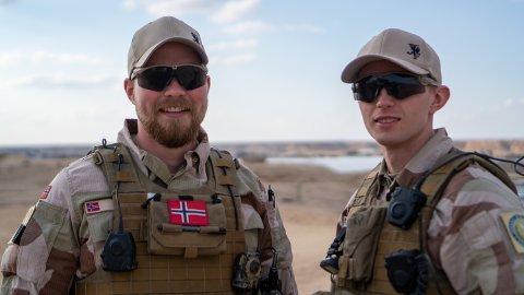 TILFELDIG: Håkon (t.v) og Sondre fra Heradsbygda ble glad da de oppdaget at de skulle ut på samme oppdrag til Irak.