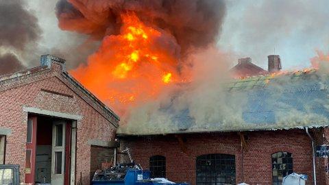 BRANN: Det brenner i den gamle Melkefabrikken på Kapp i Østre Toten, Et gammelt og delvis verneverdig industriområde ved Mjøsa.