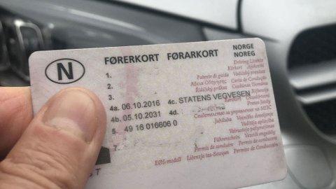 HELSEATTEST: I dag må personer som er 80 år eller eldre få en helseattest hvert tredje år for å beholde førerkortet. Verken Sverige, Danmark eller Tyskland har særordninger for eldre som gjør at de jevnlige må fornye førerkortet. Fremskrittspartiet, Ap og SV vil nå fjerne ordningen også i Norge.