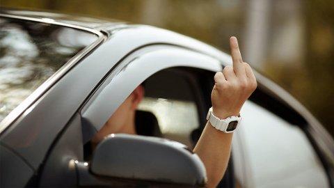 PROVOSERT: Farlige forbikjøringer, manglende blinklys og mobilbruk topper listen over ting dine medtrafikanter irriterer seg over i trafikken. Illustrasjonsfoto