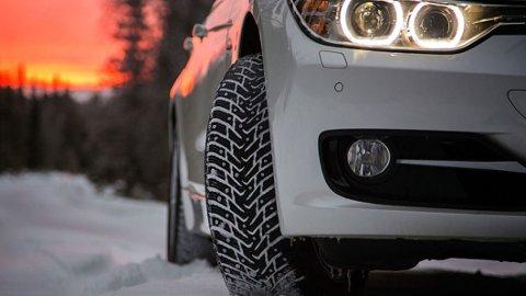 PIGGENE UTE: Vanligvis må bilistene i Sør-Norge få av piggdekkene tidligere enn de som bor lengst nord. Men slik er det ikke i år.