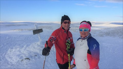 SAMMEN PÅ SKI: Ektemannen Roy Pedersen er festesmøresjef i Norges Skiforbund. – Han er flink til å smøre skiene mine før han reiser på lange turer med landslagene, sier May-Janne.