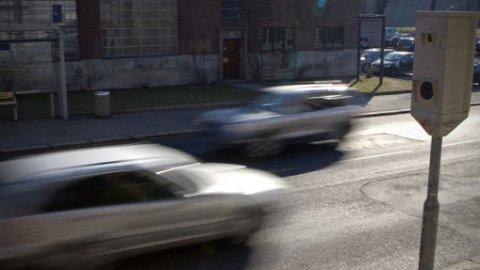 FLERE FUNKSJONER: Fra før er vi vant med at fotobokser brukes til å måle fart. Hvis Miljøpartiet de Grønne (MDG) får det som de vil, kan de i framtiden også gi bøter til folk som kjører på rødt lys, eller ikke følger skiltingen. Illustrasjonsfoto