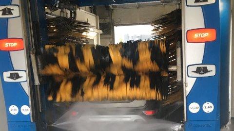 SKADER: Maskinvask av bil er noe enkelte er skeptisk til. Noe av forklaringen på det er kanskje at det skjer mange uhell i året i slike haller. Illustrasjonsfoto