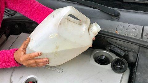 Å fylle vann istedenfor olje på bilmotoren er alt annet enn bra. Det kan medføre kostbart motorhavari.