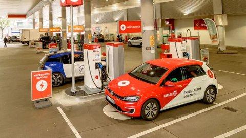 BILLIGERE: Det er nesten uten unntak rimeligere å kjøre på strøm, enn bensin og diesel. Men dette er bare en del av hva det koster å drifte en nybil. Foto: Cirkle K