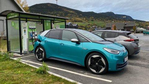 MØTER SKEPSIS: Når du kommer ut av byene, øker også skepsisen til elbilene, det viser ny undersøkelse fra NAF. Her står to biler til lading, på Fåvang i Gudbrandsdalen.