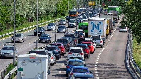 FERIE-KØ: Alt tyder på at det blir mye biler på veiene fredag denne uken. Da er det nemlig siste skoledag mange steder i landet. Foto: Fremtind