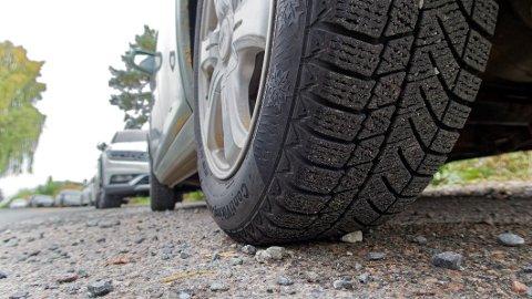 SYNDES: Altfor mange kjører rundt på vinterdekk i sommermånedene. De kan utgjør en betydelig risiko både for seg selv og andre som ferdes ute i trafikken. Foto: If.