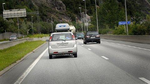 Folk som ligger under fartsgrensen, eller som lager kø i venstrefeltet på motorveien, bidrar også til farlige situasjoner i trafikken. En undersøkelse gjort av Gjensidige, viser at 69 prosent av opplevd farlige situasjoner på grunn av bilister som ligger under fartsgrensen.