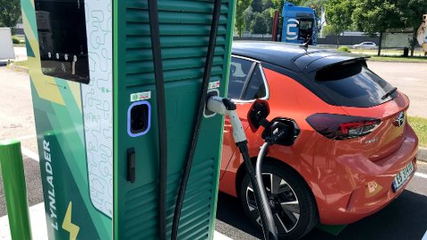 ØNSKER FORDEL: Stadig flere velger elbil når de skal kjøpe ny bil. I en undersøkelse gjort av Norsk elbilforening kommer det fram at den viktigste årsaken til å velge elektrisk er fritaket for moms- og avgifter. Illustrasjonsfoto