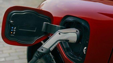 HVA KOSTER DET EGENTLIG? Å lade elbil kan by på flere utfordringer. NAF reagerer blant annet på at det er svært vanskelig å finne ut hva ladingen egentlig vil koste.