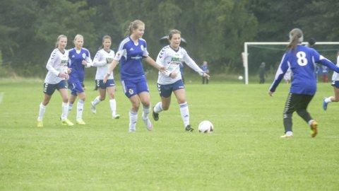 RJUKAN: Stina Jakobsen med ballen sist gang RIL hadde lag med på Norway Cup i 2015.