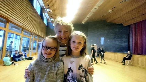 MORO: Her er Ellen Nordstoga med tinnjentene Mari Røysland Skårberg og Hanna Mårdalen Hansen under et folkemusikk-kurs i Rauland i 2018.