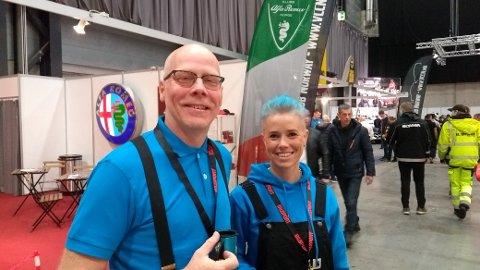 VISER AIRBRUSH: Ivar Åsland og Monica Tordén Haug fra Aadesign i Tinn Austbygd holder kurs i airbrush-painting på Norges største motormesse.
