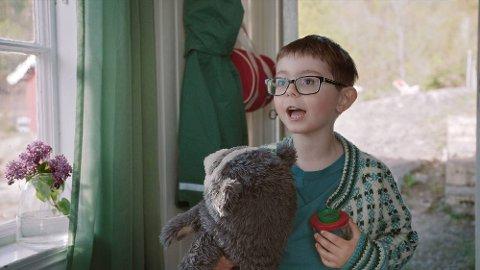 BRILLEBJØRN: Den norske film,en Brillebjlørn på ferie er film nr. 2 om den popukære TV-bjørnen. Selv om Brillebjørn og Julian drar på ferie er det Julian ønsker seg mest av alt  en jevnaldrende lekekamerat. Kan grønne vafler eller fantasimagi hjelpe Julian å få en venn?