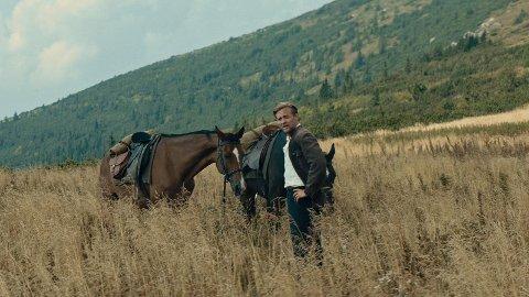 UT Å STJÆLE HESTER: Tobias Santelmann i rollen som hovedpersonens far når han minens det som skjedde i hans ungsom, og som siden har preget livet hans.