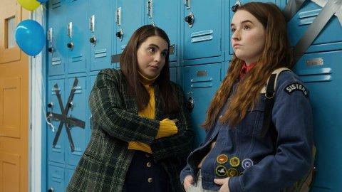 KOMEDIE: Beanie Feldstein som  Molly og  Kaitlyn Dever som  Amy i  filmen Booksmart