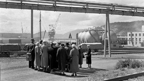 Pensjonister på Herøya besøk engang på 1950-tallet (foto Norsk Industriarbeidermuseum)