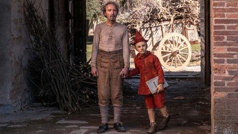 PINOCCIO: Det er en trofast adapsjon av den berømte historien om tredukken som blir levendegjort av den ensomme treskjæreren Geppetto som mest av alt ønsker seg en sønn, og snekrer ham, bare for å se at han blir levende.