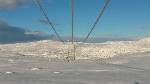 """DRIFTSMELDING FRA STANNUM: """"Vi jobber med å gjenopprette strømforsyningen. Det planlegges å legge ut provisoriske kabler på snøen, som skal forsyne koblingspunkter. Vi er avhengig av helikopter, så været blir en avgjørende faktor for innkoblingstidspunkt."""" Bildet er tatt i godvær og er fra partiet mellom Sandvann og Olabu som er av historisk verdi. Arbeidet er nå utsatt på grunna av været."""