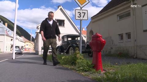 NRK-SCREENSHOT: Fra NRKs reportasje om brannhydrantkonkurransen, der både Bjørn Iversen (bildet) og Jørgen Sando brenner for Rjukans brannrøde verdensarv. Iversen hadde idéen til konkurransen.