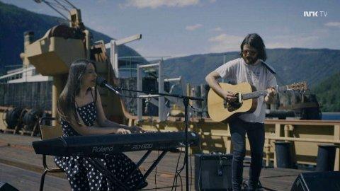 """NRK2: Linnea Dahle  opptrådte på NRK programmet """"Festivalsommer"""" sammen med gitaristen Sigurd Thomassen. Scenen var dekket til MF Storegut (skjermdump NRK 2)"""