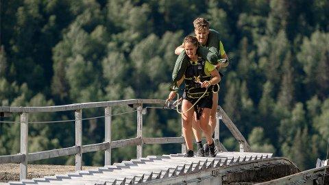 SVERIGE I TRAPPA: To av deltakerne på det svenske laget, Anna og Teodor, sliter seg opp den 1519 trinn lange tretrappa.