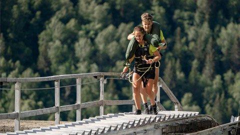 SVERIGE I TRAPPA: To av deltakerne på det svenske laget, Anna og Teodor, sliter seg opp den 1519 trinn lange tretrappa. Foto: TV2 / Mastiff